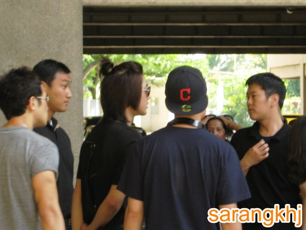 Khj_with_2_companions_and_2_bodygua